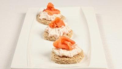Crostini con salmone e panna acida