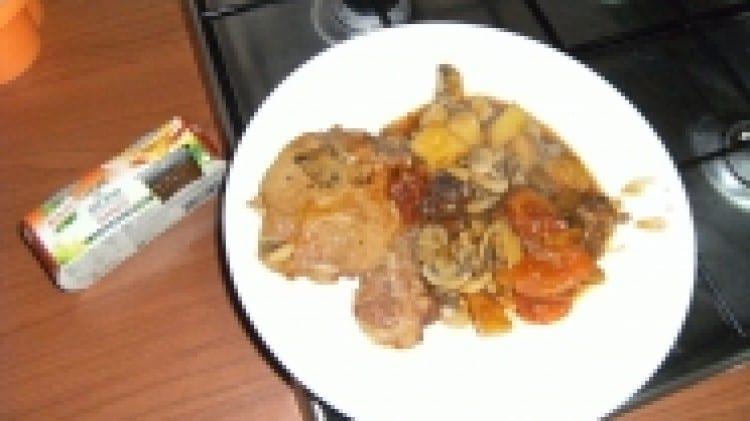 Braciole di suino con funghi, pomodori e patate