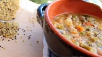 Minestra di bulgur e quinoa in coccio