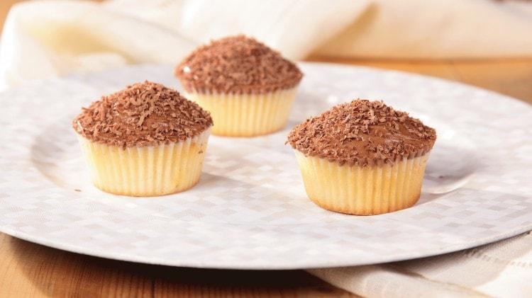 Cupcakes bianchi con copertura cremosa al cioccolato