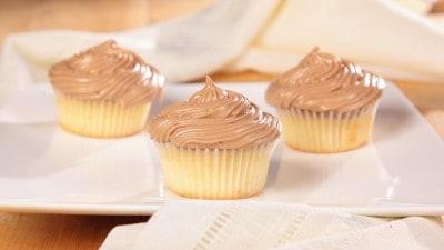 Cupcakes bianchi con copertura di formaggio al cioccolato