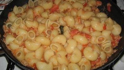 Pipe con pomodorini, tonno e basilico