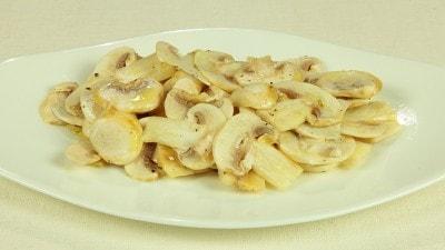 Funghi crudi marinati