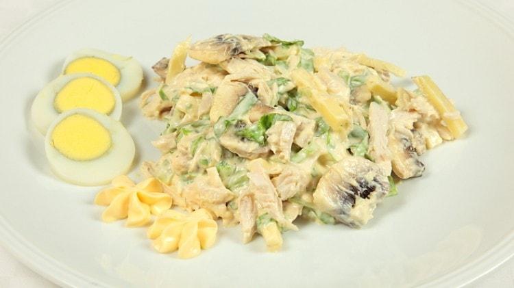 Insalata di pollo maionese e funghi