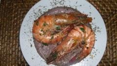 Gamberoni su crema di fagioli ed olive nere al profumo di dragoncello