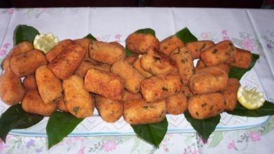 Arancini di riso al ragù con ripieno di mozzarella di bufala filante