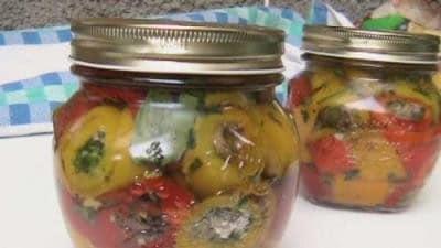 Rotolini di peperoni ripieni sott'olio
