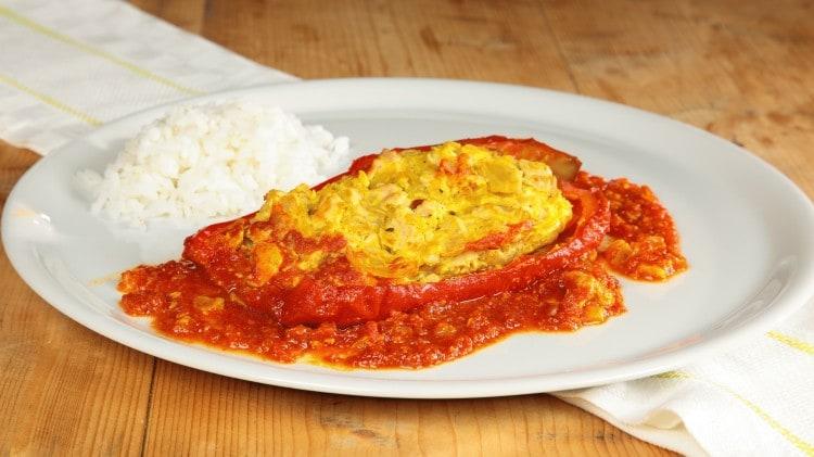 Gefüllte paprika peperoni farciti cotti in umido