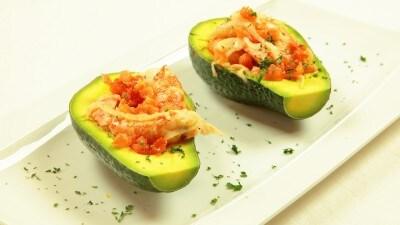 Camarones en escabece gamberi marinati serviti con l'avocado