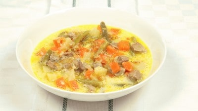 Sajur kare zuppa con curry indonesiana