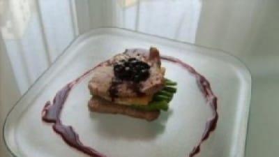 Filetto con riduzione di mirtilli su crosta di parmigiano e fagiolini