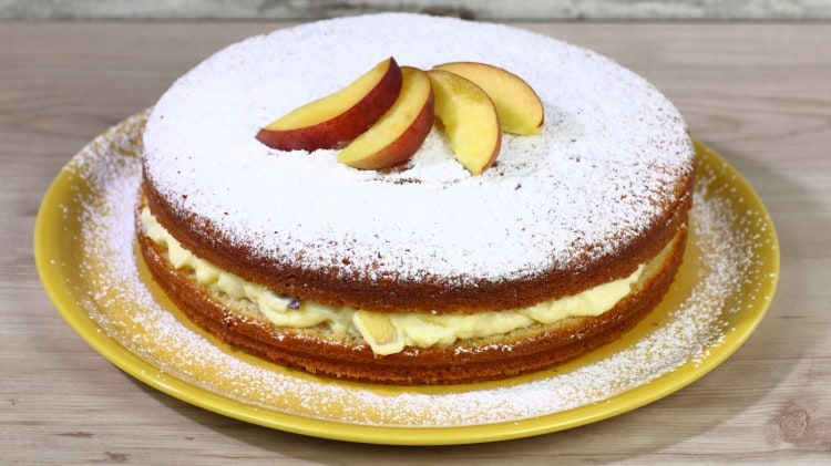 Torta allo yogurt con crema chantilly e pesche