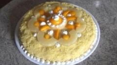 Torta mimosa con ananas e pesche