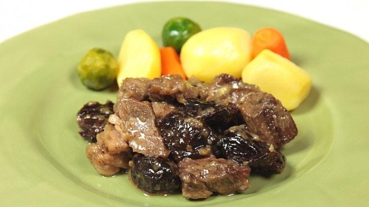 Carne cotta con prugne