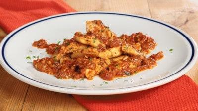 Suquillo pesce con pomodori e paprika