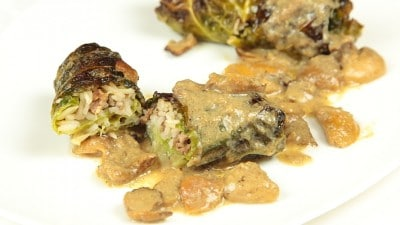 Involtini di cavolo in salsa di funghi