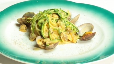 Linguine alla carbonara con vongole e zucchine