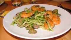Trofie al pesto di zucchine con fiori di zucca, vongole e gamberi
