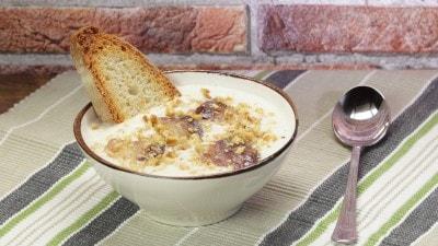 Vellutata di cavolfiore con pancetta croccante e noci