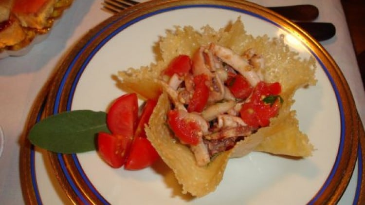 Cestini di parmigiano ripieni di insalata di polpo