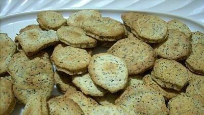 Crackers alle cipolle e ai semi di papavero