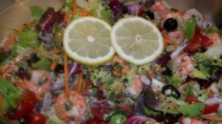 Insalate di moscardini e gamberi con verdure miste