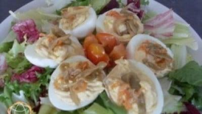 Uova sode ripiene su letto di insalata mista