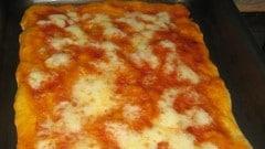 Pizza in teglia bassa e friabile