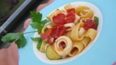 Calamarata con pomodorini confit, zucchine e calamari