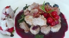 Bocconcini di maiale, salsa ai mirtilli, fragole con lardo e riduzione di aceto balsamico
