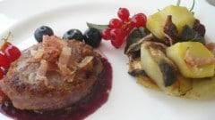 Filetto di maiale bardato, salsa ai mirtilli con teglia di patate e funghi