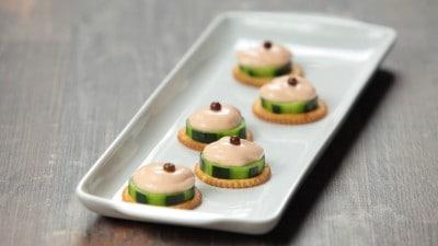 Bocconcini di cetriolo con mousse al salmone e vodka