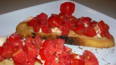 Bruschette calde pomodoro e mozzarella