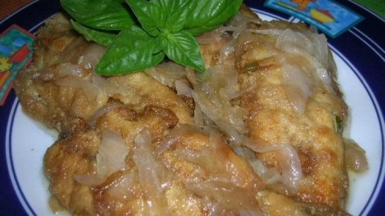 Sgombri fritti in un letto di cipolle