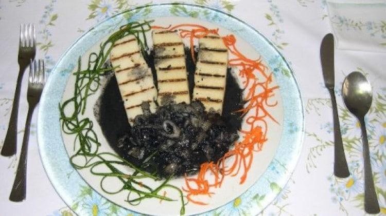 Seppie al nero con polenta bianca