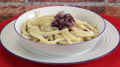 Pasta gorgonzola e cipolla rossa