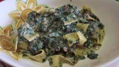 Tagliatelle con spinaci, gorgonzola e nocciole tostate