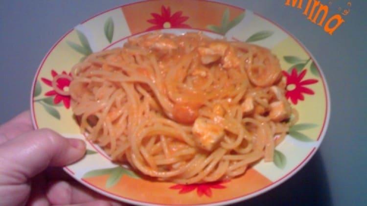 Spaghetti con pollo e crema di peperoni
