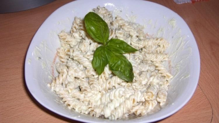 Pasta veloce con ricotta e basilico