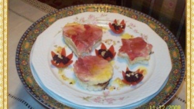 Tortino di uova con prosciutto e formaggio in crostini di pane