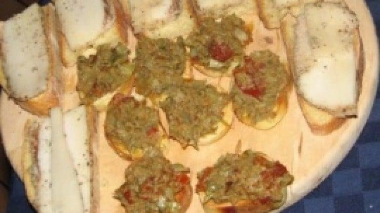 Bruschetta con crema di carciofi e pomodori secchi