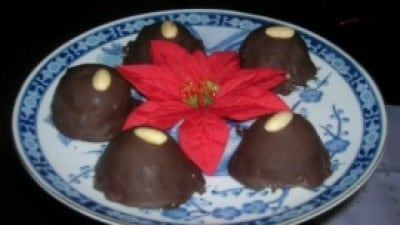 Cupole di ricotta, mandorle e cioccolato aromatizzata all'amaretto