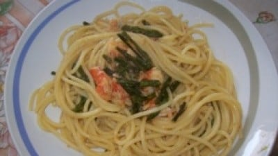 Spaghetti con gamberoni e asparagi