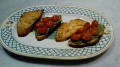 Crostoni philadephia-salmone e rucola-noci-pomodorini