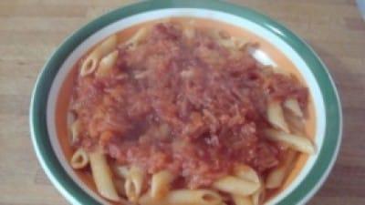 Sugo con cipolle e carne in scatola