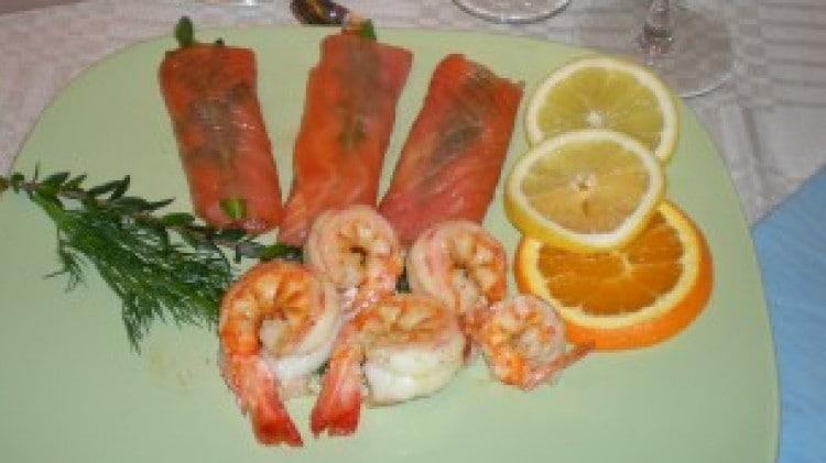 Involtini di salmone affumicato con caprino e rucola con mazzancolle piccanti