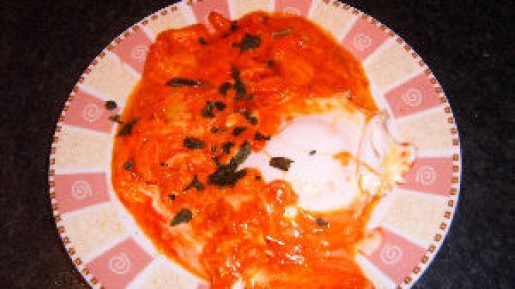Uova al sugo con provola affumicata