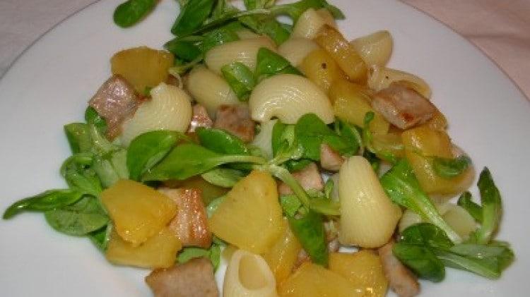 Pasta fredda con maiale, ananas e valeriana
