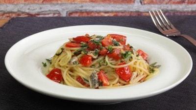 Spaghetti con sugo di alici fresche aromatizzato