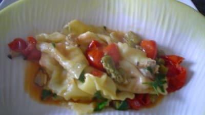 Ravioli di pasta phillo allo zafferano con salmone al sugo di asparagi e vongole